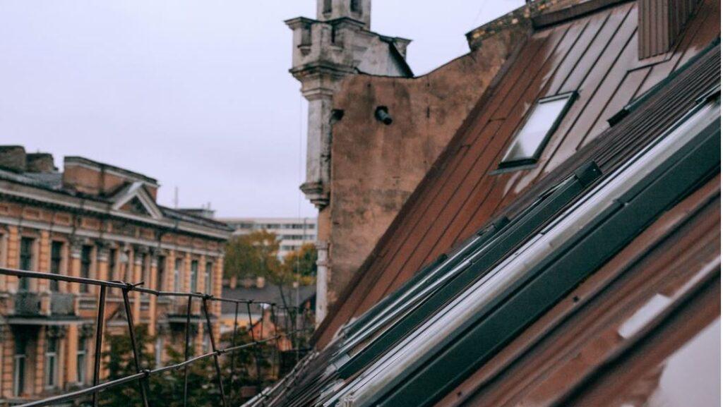 Das Fliegengitter Dachfenster erleichtert das Wohnen im Dachgeschoss