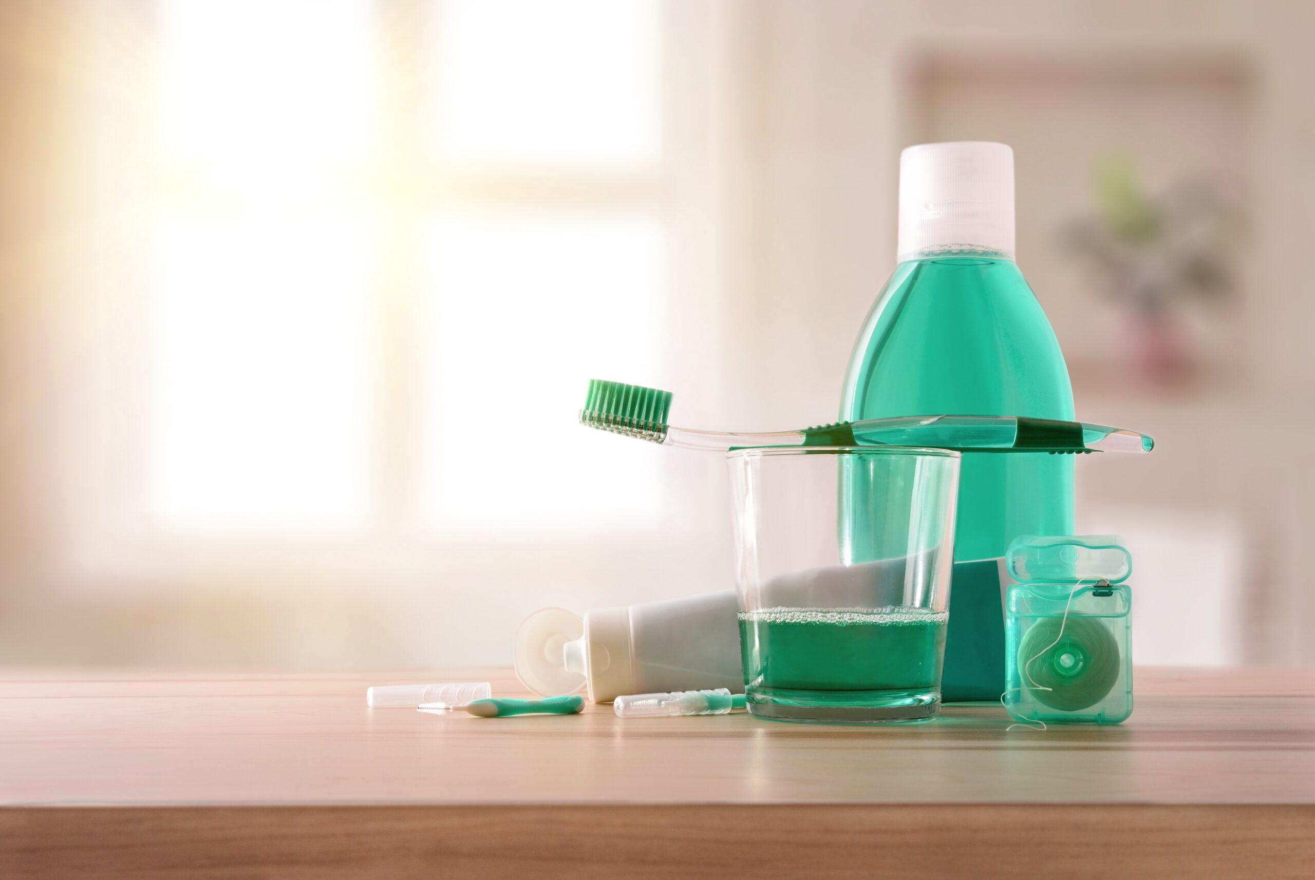 Mundwasser und Zahnseide